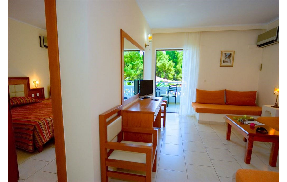 Letovanj_Hoteli_Grcka_Sitonija_Hotel_Porfi_Beach_Barcino_Tours-3.jpg